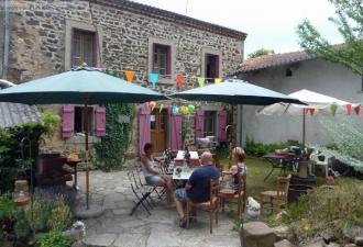 maison en pierre dans un hameau avec terrain de camping de 6 emplacements autorisés, 4 chambres d'h