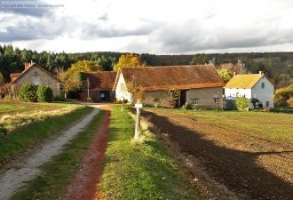 camping a vendre dans un très bel endroit avec maison privée, trois gîtes, deux grandes granges e