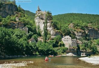 beau camping en bord d'une rivière avec moins de 50 emplacements