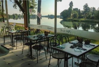 a vendre, belle propriété privée avec maison dans un endroit spécial, juste à côté d'un lac a