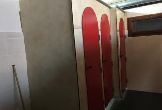 Ensemble cloisons et portes de blocs sanitaires